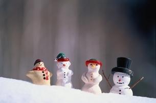 雪の上に置かれた4体の雪だるまの人形の写真素材 [FYI03353623]