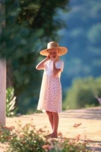 帽子をかぶった外国人の女の子の写真素材 [FYI03353643]