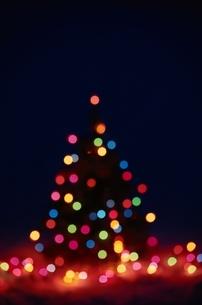 光るクリスマスツリーの写真素材 [FYI03353646]