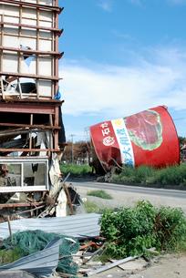 津波被害に遭った建物と缶詰工場のシンボルの写真素材 [FYI03353661]