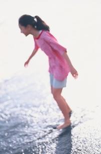 浜辺ではしゃぐ中学1年の日本人の女の子の写真素材 [FYI03353927]