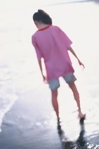 浜辺で後ろ姿の中学1年の日本人の女の子の写真素材 [FYI03353938]