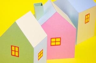 3棟のカラフルな家の写真素材 [FYI03353942]