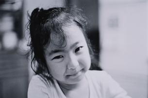 首をかしげる4歳の日本人の女の子 B/Wの写真素材 [FYI03353948]