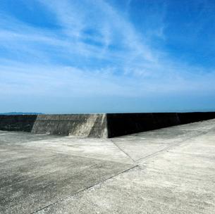 遠景の防波堤と青空の写真素材 [FYI03353967]