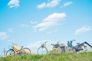 土手の上の三台の自転車の写真素材 [FYI03353982]