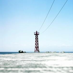 赤い防波堤灯台の写真素材 [FYI03353984]