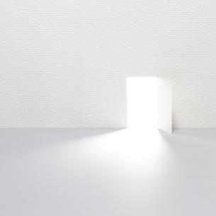 開かれたドアの写真素材 [FYI03354024]