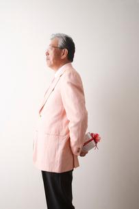 プレゼントを持つシニア男性の写真素材 [FYI03354193]