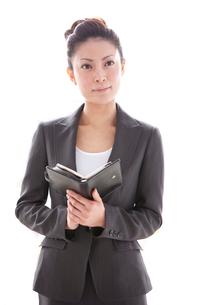 手帳を広げるビジネスウーマンの写真素材 [FYI03354438]