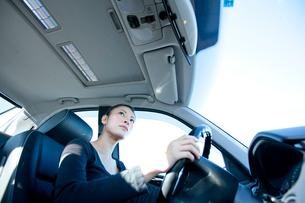 車を運転する若い女性の写真素材 [FYI03354443]