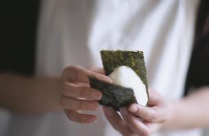 おにぎりを作る女性の手の写真素材 [FYI03354588]