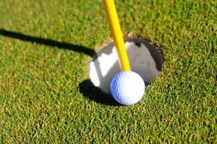 ゴルフボールとホールの写真素材 [FYI03354709]