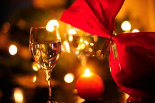 クリスマスプレゼントとワイングラスの写真素材 [FYI03354740]