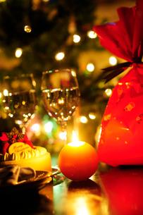 クリスマスの夜のテーブルの写真素材 [FYI03354742]