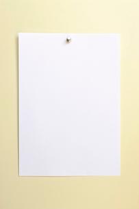 画びょうで壁に貼られたペーパーの写真素材 [FYI03354745]