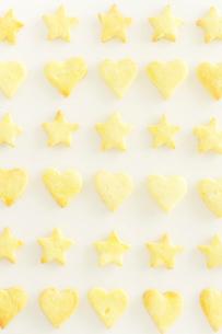 星型とハート型の手作りクッキーの写真素材 [FYI03354766]