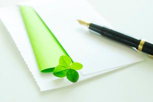 四つ葉のクローバーの入った封筒と手紙の写真素材 [FYI03354769]