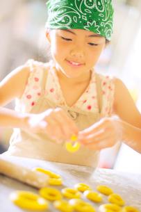 ドーナツ作りをする女の子の写真素材 [FYI03354786]