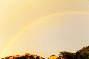 街にかかった虹の写真素材 [FYI03354787]