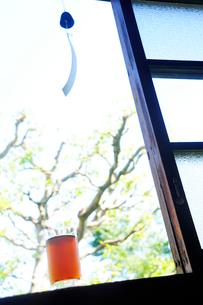 窓辺の風鈴と麦茶の写真素材 [FYI03354792]