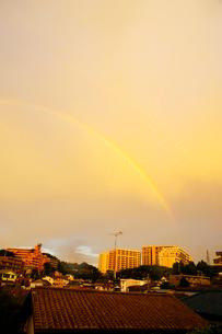 街にかかった虹の写真素材 [FYI03354794]