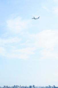 工場地帯と旅客機の写真素材 [FYI03354815]