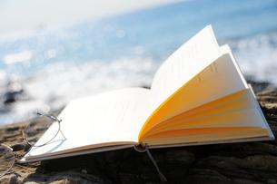 海辺におかれた本の写真素材 [FYI03354818]