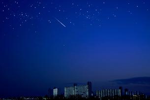 団地群と街と星空と流星の写真素材 [FYI03354827]