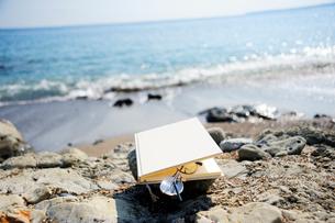 海辺におかれた本の写真素材 [FYI03354828]