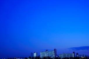 薄暮時の団地と街の写真素材 [FYI03354830]