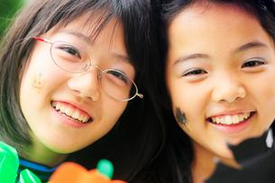 ハロウィンの化粧をした少女達の写真素材 [FYI03354833]