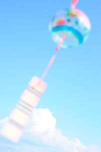 夏雲と風鈴の写真素材 [FYI03354841]