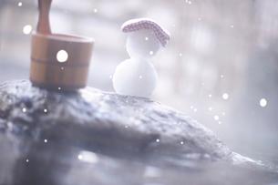 冬の露天風呂と汲み桶と雪だるまの写真素材 [FYI03354884]
