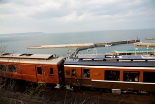 三陸鉄道北リアス線堀内駅を出発する電車の写真素材 [FYI03354920]