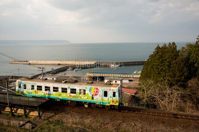 三陸鉄道北リアス線堀内駅を出発する電車の写真素材 [FYI03354933]