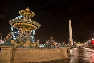 ライトアップのコンコルド広場の噴水とオペリスクの写真素材 [FYI03355114]