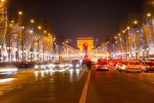 パリ凱旋門とシャンゼリゼ大通りのクリスマスイルミネーションの写真素材 [FYI03355130]