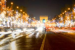 パリ凱旋門とシャンゼリゼ大通りクリスマスイルミネーションの写真素材 [FYI03355136]
