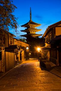 夕暮れの八坂道と東山花灯路の写真素材 [FYI03355166]