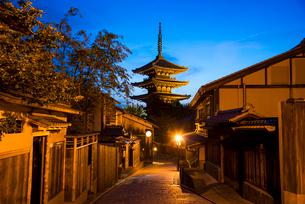 夕暮れの八坂道と東山花灯路の写真素材 [FYI03355170]
