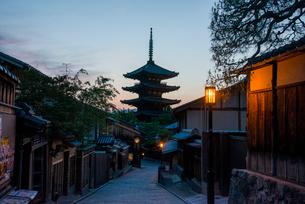 夕暮れの八坂道と東山花灯路の写真素材 [FYI03355182]