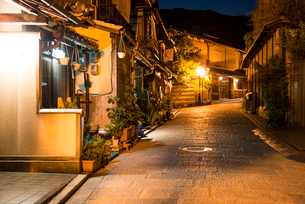 夕暮れの八坂道の写真素材 [FYI03355195]