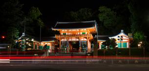 ライトアップ八坂神社西楼門の写真素材 [FYI03355482]