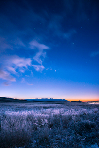 凍る霧ヶ峰高原より八ヶ岳連峰と夜明けの星空の写真素材 [FYI03355533]
