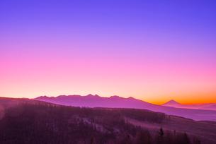 霧ヶ峰高原よりのぞむ夜明けの風景の写真素材 [FYI03355578]