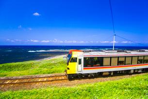 日本海海岸線を走るJR五能線リゾートしらかみの写真素材 [FYI03355733]