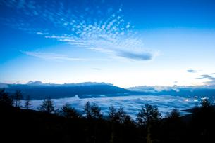 入笠高原より黎明の空と雲海に浮かぶ八ヶ岳連峰の写真素材 [FYI03355758]