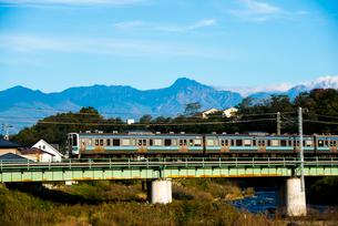鉄橋を渡る中央本線と八ヶ岳連峰の写真素材 [FYI03355785]