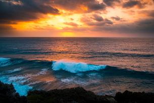宮古島東平安名崎から朝焼けに染まる空と荒れる海の写真素材 [FYI03355808]